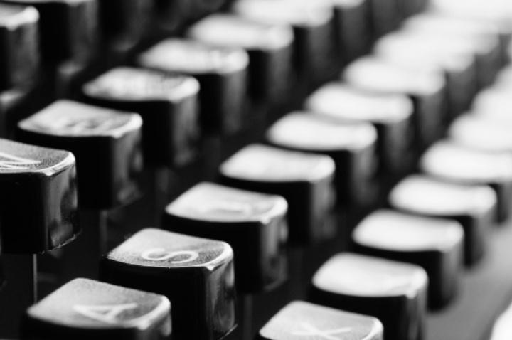 Auf dem Bild sind die Tasten einer Schreibmaschine zu sehen.