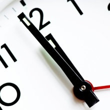 Symbolbild: Das Bild zeigt eine Uhr auf der es kurz vor zwölf ist.