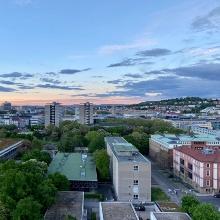 Sonnenuntergang und Blick auf die Gebäude K1 und K2 der Uni