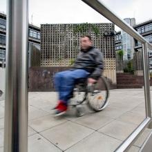 Ein Rollstuhlfahrer auf dem Campus Vaihingen